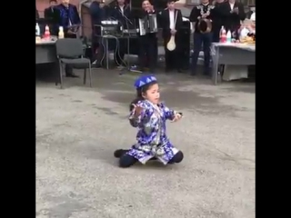 Танец маленькой узбечки покоряет Казнет - фрагменты из жизни Tengrinews