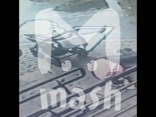 В Москве на женщину с ребенком упало окно с 5-го этажа