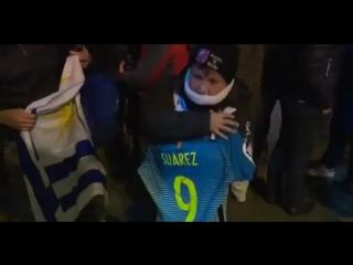 Суарес заметил уругвайского ребёнка в толпе и позвал его к себе