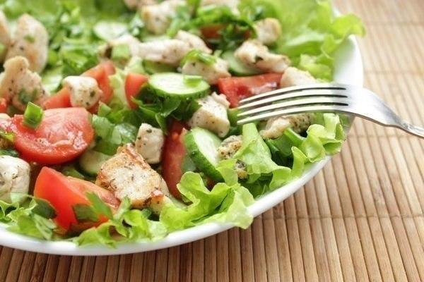Салат из курицы и свежих овощей -