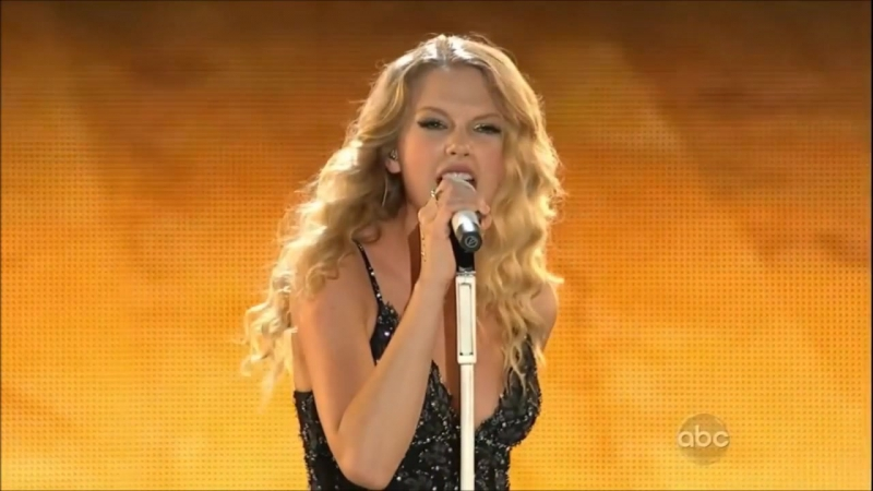 Taylor Swift - You Belong With Me (Live on CMA Music Fest 2009)