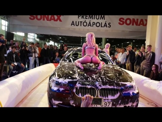 Горячие девочки моют BMW