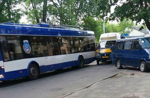 """На ул. 17 сентября в Бресте маршрутка """"зацепила"""" троллейбус, движение блокировано"""
