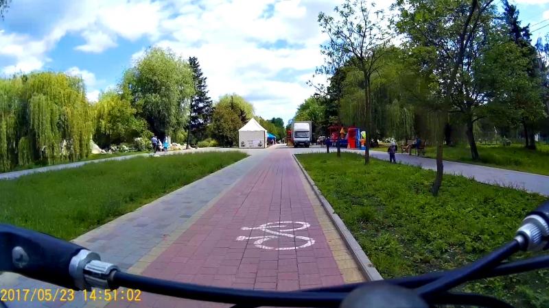 Велоінфраструктура Тернополя проїзд по велодоріжці, заїзд на велопарковку (алея гідропарку Топільче)