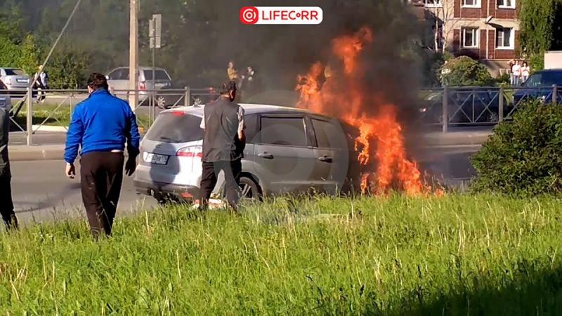 На проспекте Пятилеток в Санкт-Петербурге взорвался и сгорел Ford C-Max