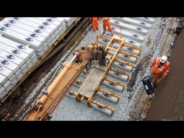 Как укладывают бетонные шпалы при строительстве железных дорог