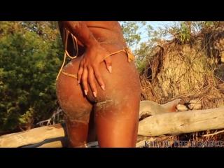 Большая попка и упругие сиськи сексуальной негритянки девушки на пляже1