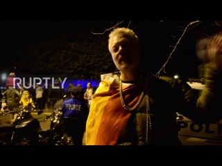 США: ЛГБТ активисты держал троистыми вне дома Вице-Президент Майк Пенс.