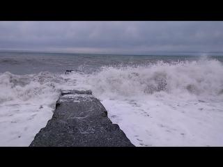 Большие волны зимнего черного моря!