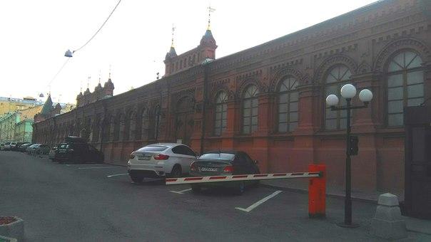 Очень люблю такой стиль архитектуры. За Нижегородской Ярмаркой стоит тоже в таком стиле — моё любимое во всём городе