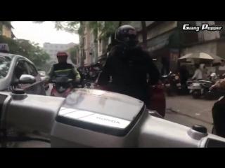 Вьетнамский трафик/На мопеде во Вьетнаме.