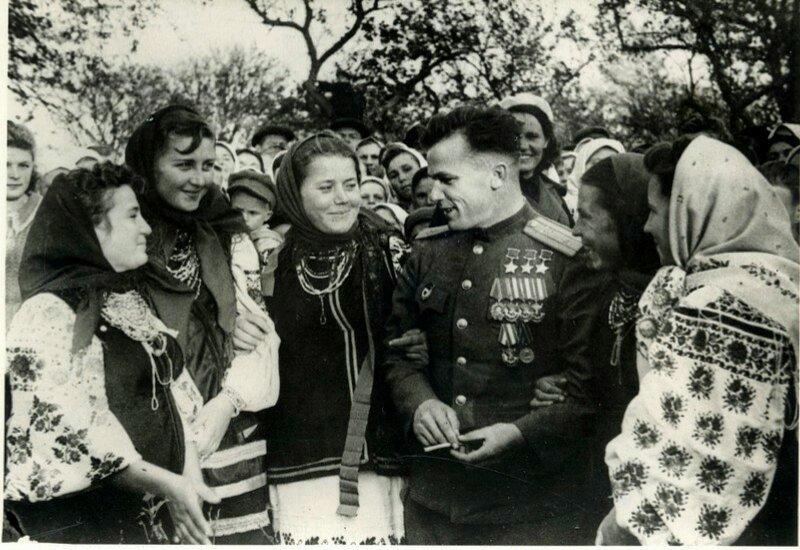 Трижды Герой Советского Союза Иван Никитич Кожедуб в родном селе Ображиевка, 1945 год.