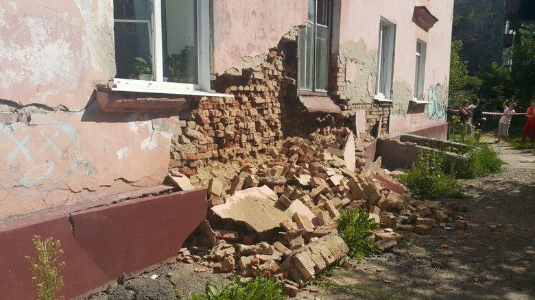 В томской УК объяснили просьбу к жильцам оплатить экспертизу после обрушения стены