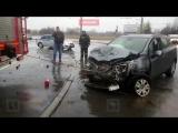 Спасателям пришлось буксировать машину после аварии в Петербурге