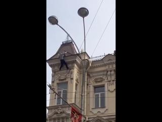 Мужик упал с крыши