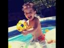Весёлое видео для детей - Купаемся и играем в бассейне! / baby playing in swimming pool