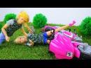 Видео для девочек. Кен учит Барби кататься НА МОТОЦИКЛЕ по горам. Игры с Барби н