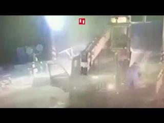 Водитель МАЗа успел спастись за секунду до столкновения с поездом
