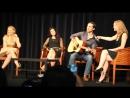 Фрагмент конвенции 2015 Колин О'Донохью играет на гитаре и поет Дженнифер Моррисон и Меган Ори танцуют