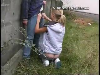 девушка разделась на улице и сделала минет
