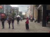 Цыганка торгует в английском Ньюкасле.