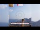 Самолет тушит лесные пожары на Сицилийском курорте Летоянни