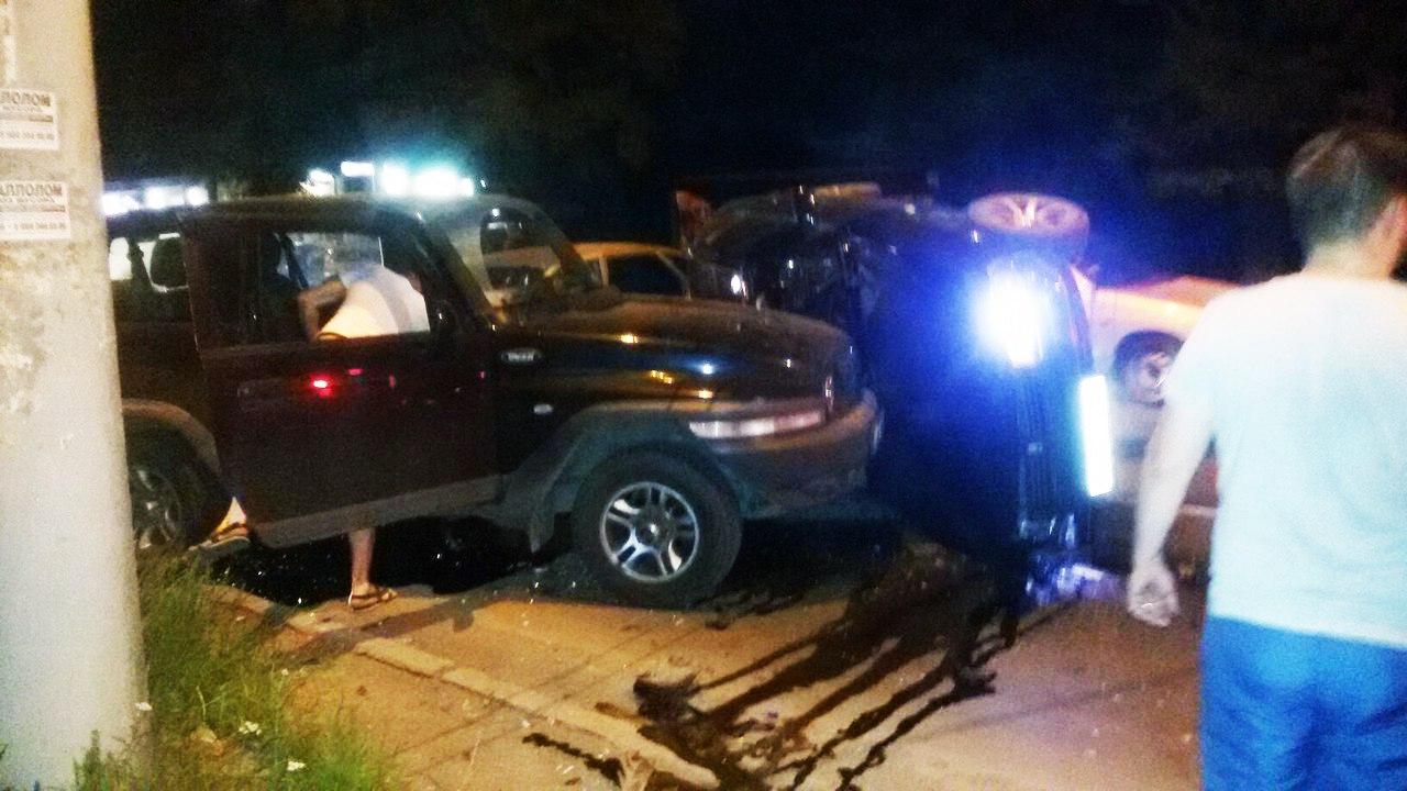 В Таганроге столкнулись три автомобиля, один из них перевернулся на бок