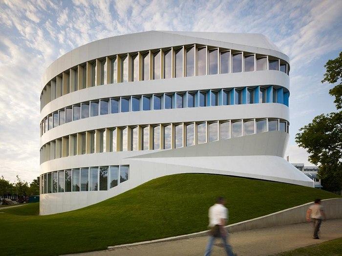 Здание института, занимающегося исследованиями в области рабочих процессов, было построено в крупном немецком городе Штутгарте в 2012 году по проекту голландского бюро UNStudio.