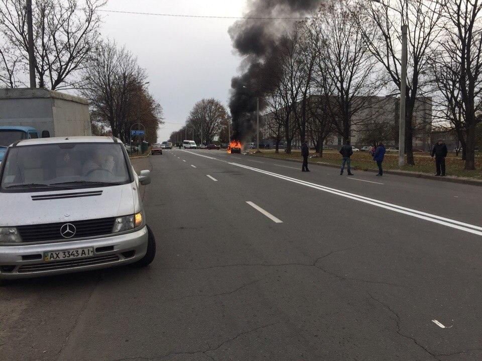 В Харькове продолжают жечь машины