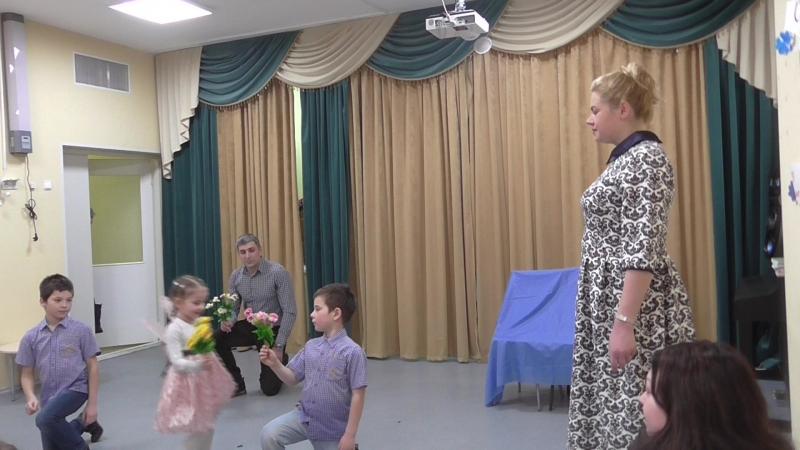 Варя Цховребова и ее семья танец