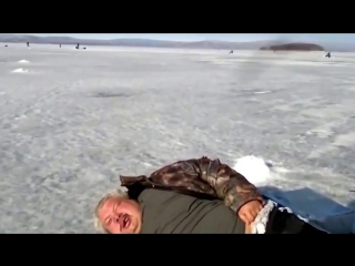 ★ Приколы на рыбалке! Пьяный рыбак спит на льду. Зимняя рыбалка. Ржач