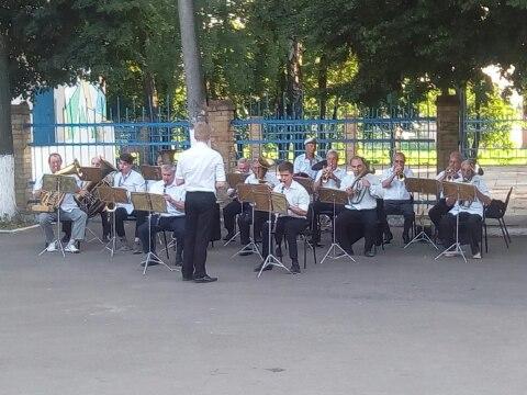 В парке железнодорожников играет духовой оркестр