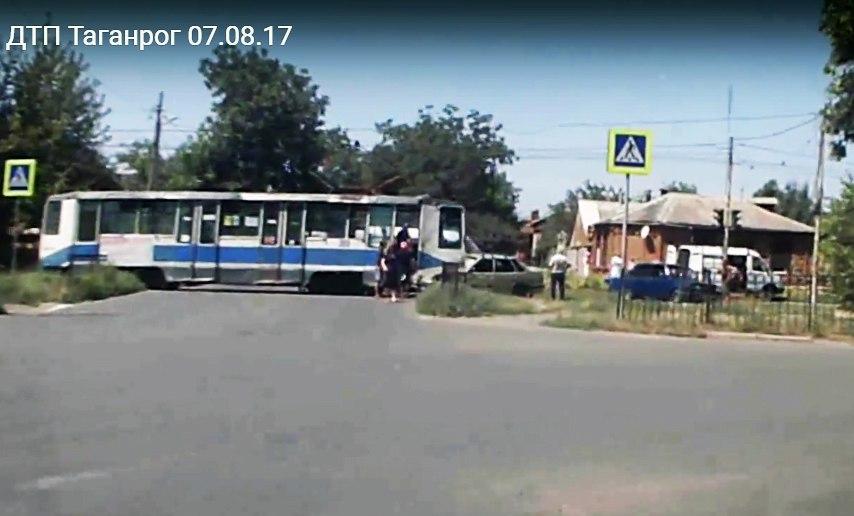 В центре Таганрога трамвай №9 протаранил «ВАЗ-2115»
