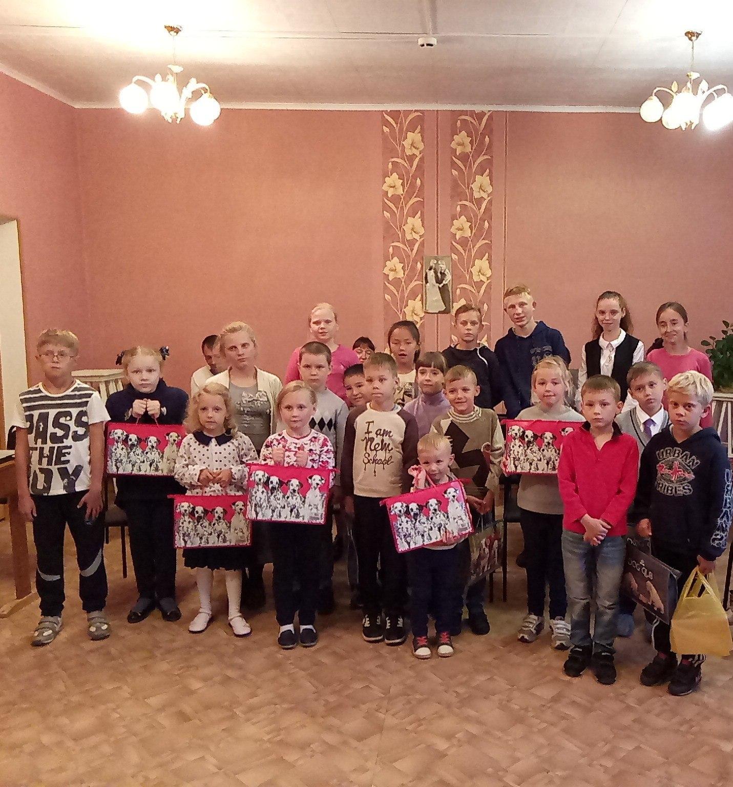 В СРНЦ «Ориентир» детям вручили подарки к новому учебному году