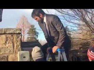 Видео с Овечкиным, перелезающим через забор, посмотрели почти 150 тысяч человек