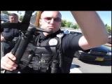 Полиция США беседует с юристом, вооруженным автоматом.