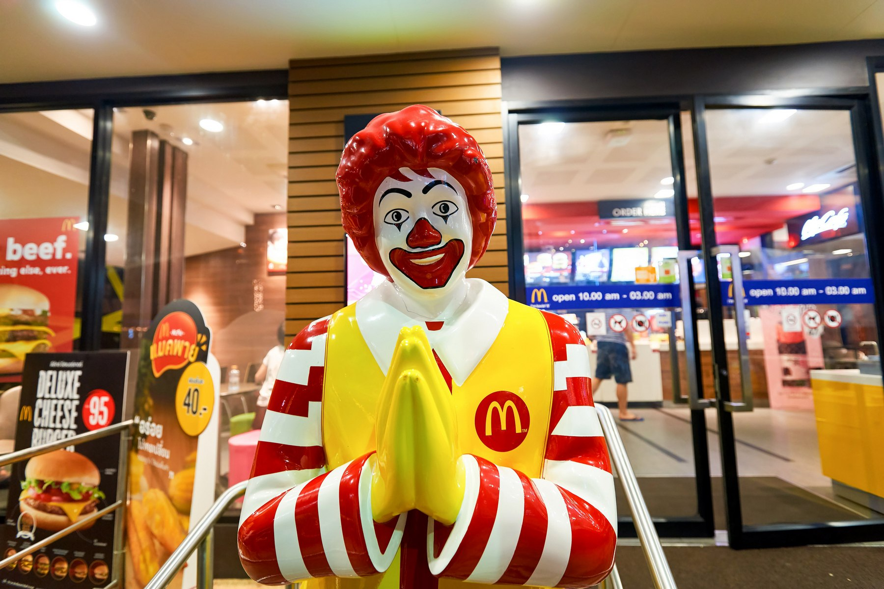 macdonalds vs kfc 1 kfc doesn't try to lure you in with cheap plastic toys actually, they have nothing at all but it's better than crap - twilightkitsune speaking of cheap plastic toys, whenever i go to mcdonalds, the toy always breaks within a minute of playing with it.