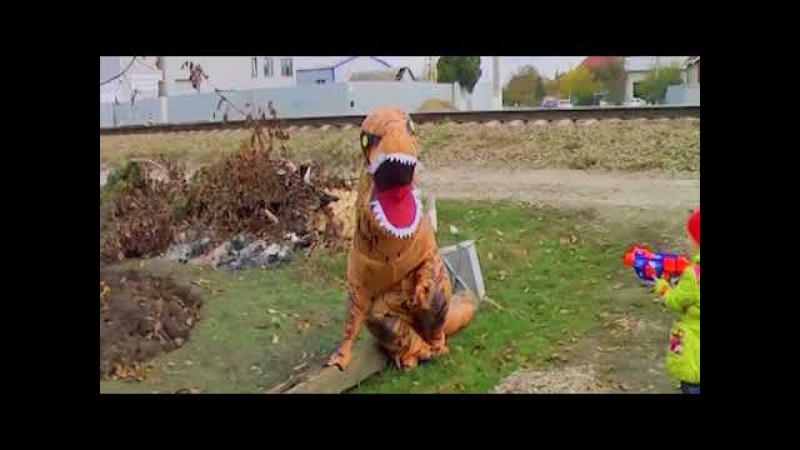 СТРАШНЫЙ ДИНОЗАВР GIANT T-REX DINOSAUR nerf blaster Family Fun Kids Video Learn Colors for Children