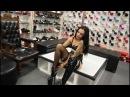 Девушка в чёрных лакированных ботфортах FLAMINGO-3000-BSP (бренд Pleaser) возле пилона - High Boots