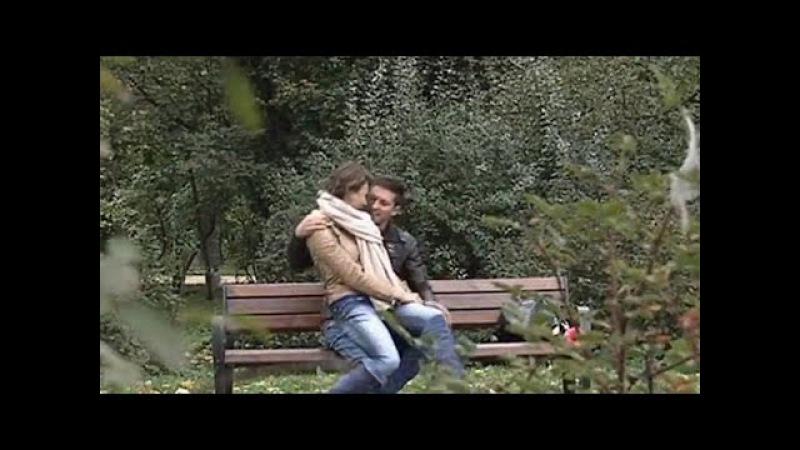 Парень наблюдает, как его девушка отрабатывает на лавочке актерское мастерство....