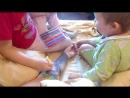 Дети раскрашивают тату фломастерами.