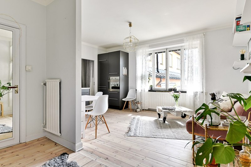 Интерьер квартиры 33 м с маленькой спальней с внутренним окном.