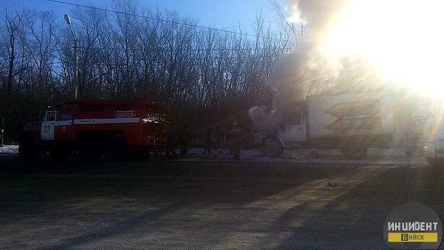 Появилось фото из Бийска, где во время движения загорелся грузовик