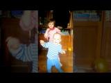 Детки танцуют, забавные малыши, первые шаги, детское видео,танцы
