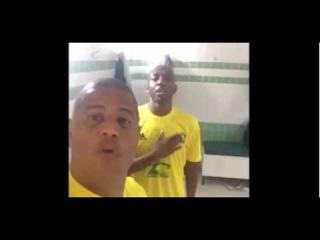Amaral cantando os hinos do Brasil e dos EUA, e Marcelinho e Edilson ficam na gargalhada