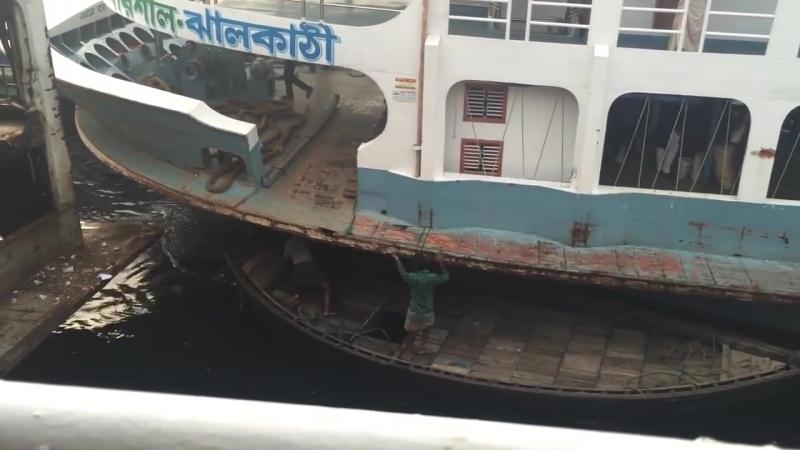 Сумасшедшая борьба между маленькими лодками и большими кораблями за ограниченное пространство в порту Дакки.