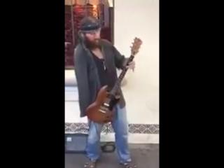 Однорукий гитарист играет Джими Хендрикса