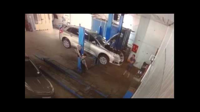 Автомобиль упал с подъемника в автосервисе астрахани