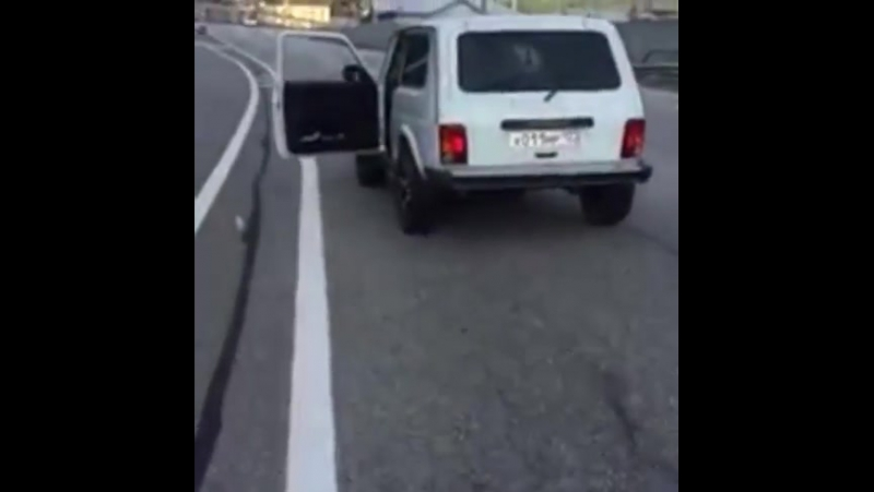 По дороге на Красную поляну камнем пробило насквозь лобовое стекло в машине