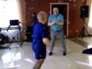 жена танцует на юбилее мужа